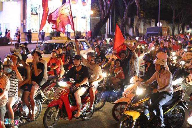 Cổ động viên tràn ra đường mừng Việt Nam vào chung kết-7