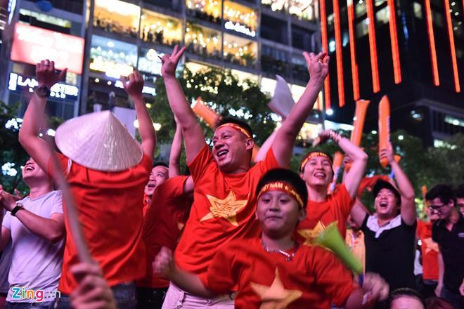 Cổ động viên tràn ra đường mừng Việt Nam vào chung kết-8