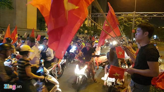 Cổ động viên tràn ra đường mừng Việt Nam vào chung kết-1