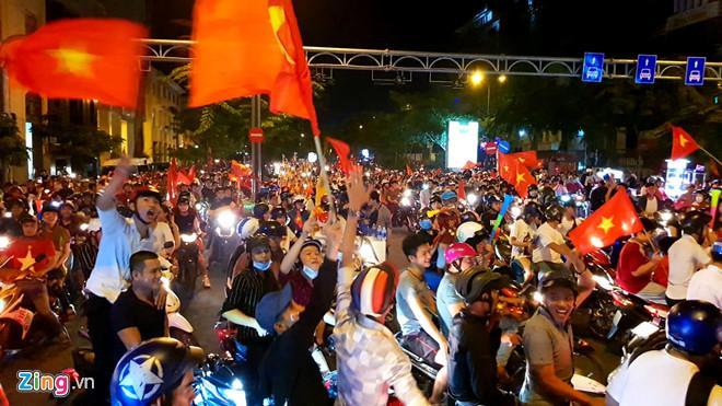 Cổ động viên tràn ra đường mừng Việt Nam vào chung kết-2