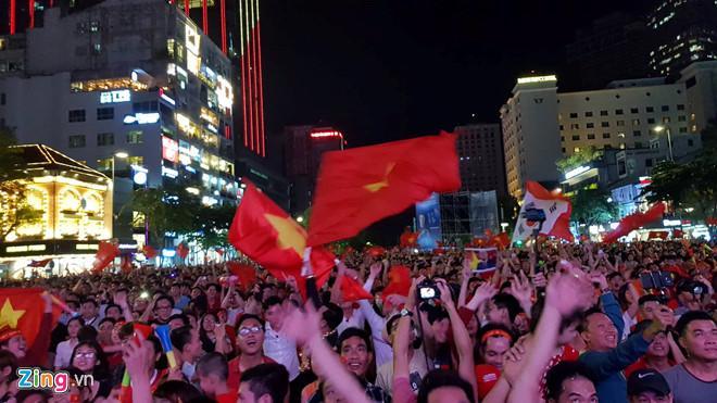Cổ động viên tràn ra đường mừng Việt Nam vào chung kết-10