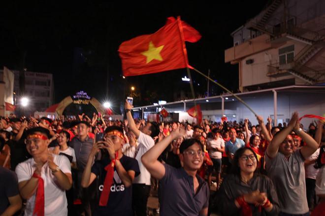Cổ động viên tràn ra đường mừng Việt Nam vào chung kết-12