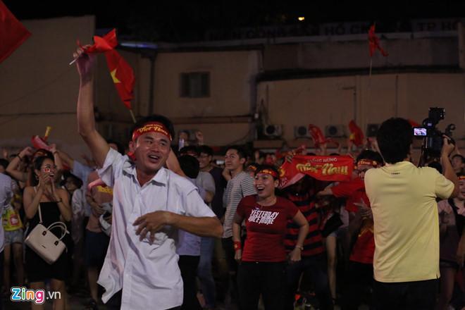Cổ động viên tràn ra đường mừng Việt Nam vào chung kết-13