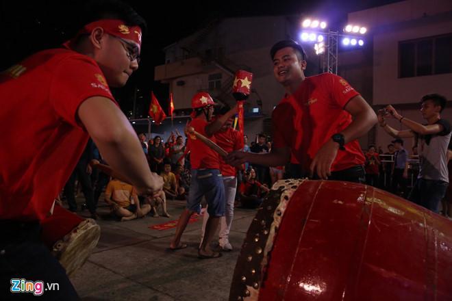 Cổ động viên tràn ra đường mừng Việt Nam vào chung kết-14