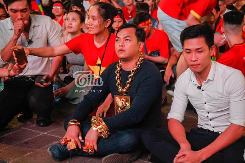 Người đàn ông đeo nhiều vàng nhất Việt Nam đi cổ vũ bóng đá gia thế khủng như nào?-1
