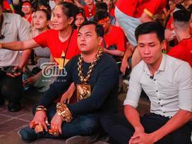 Người đàn ông đeo nhiều vàng nhất Việt Nam đi cổ vũ bóng đá gia thế 'khủng' như nào?