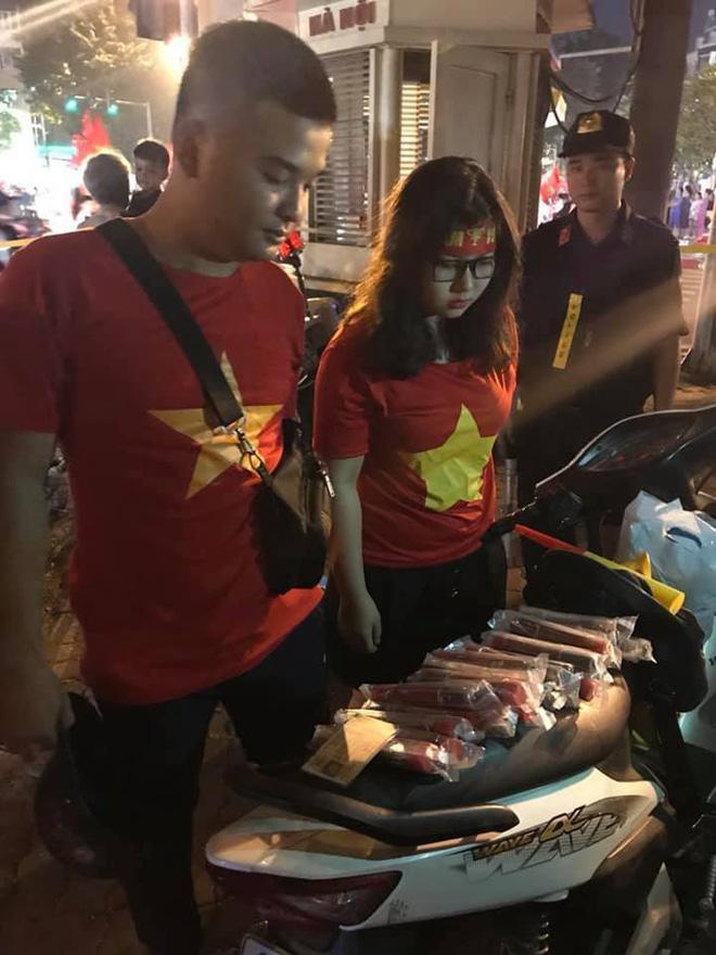 Cặp đôi 9X táo tợn vận chuyển pháo nổ trên phố Hà Nội sau trận Việt Nam – Philippines-1