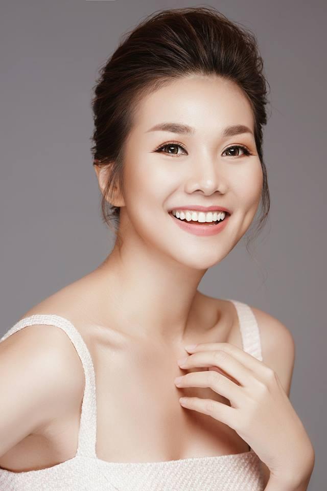 Linh Chi diện bikini khoe vòng 1 trễ nải, tình tứ ôm Lâm Vinh Hải ở bể bơi-3