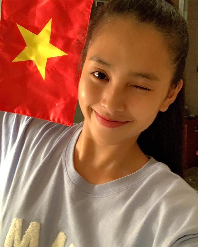 Linh Chi diện bikini khoe vòng 1 trễ nải, tình tứ ôm Lâm Vinh Hải ở bể bơi-4