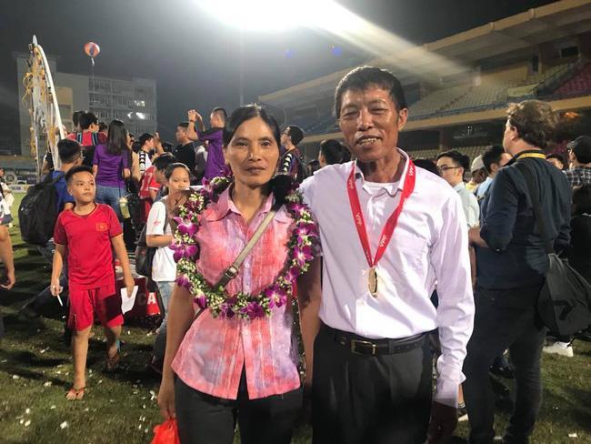 Luôn mặc một chiếc áo giản dị đi cổ vũ con trai ở khắp các đấu trường, mẹ Đoàn Văn Hậu khiến fan đau đầu đoán nguyên nhân-3