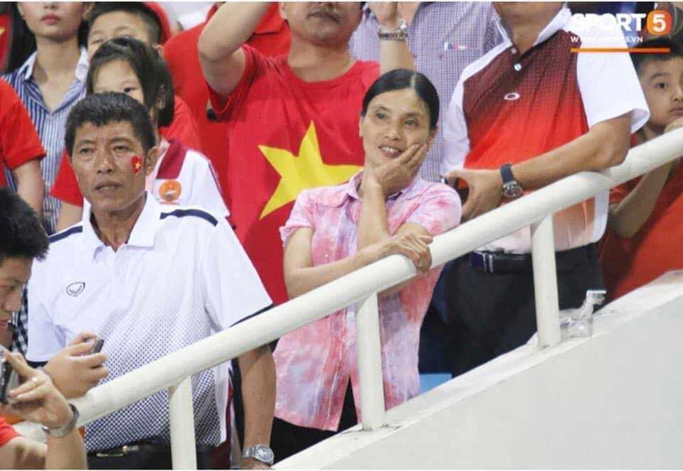 Luôn mặc một chiếc áo giản dị đi cổ vũ con trai ở khắp các đấu trường, mẹ Đoàn Văn Hậu khiến fan đau đầu đoán nguyên nhân-1