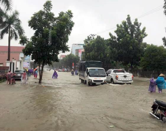 TP Vinh ngập trong biển nước sau cơn mưa kéo dài nhiều giờ-2