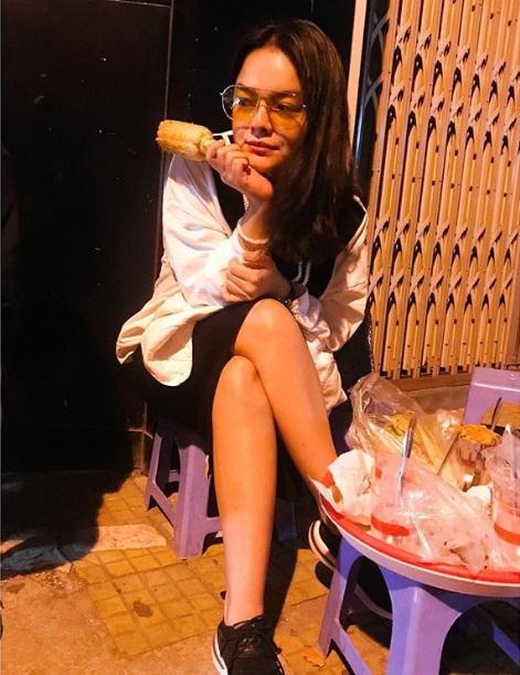Phạm Quỳnh Anh vui vẻ thưởng thức món ngon hè phố giữa thời điểm bị nghi lơ đẹp Bảo Anh-1