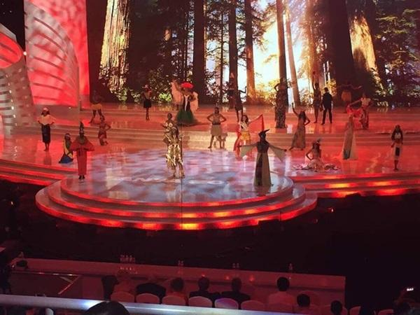 Các thí sinh mặc quốc phục biểu diễn Dances of the World-2