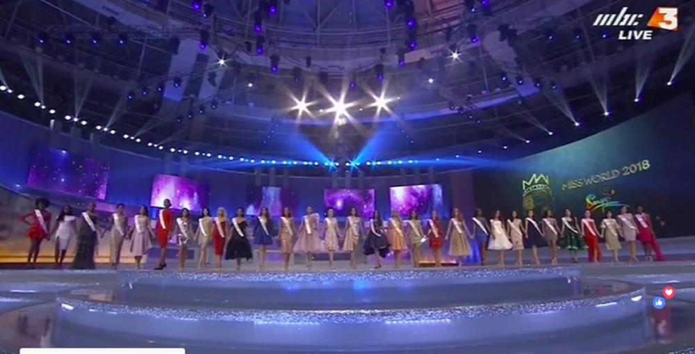 Tiểu Vy diện váy cực xinh khi được xướng tên vào top 30-2