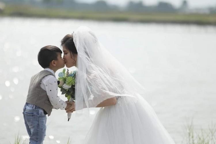 Xúc động câu chuyện ẩn sau bộ ảnh cưới mẹ đơn thân chụp cùng con trai-1