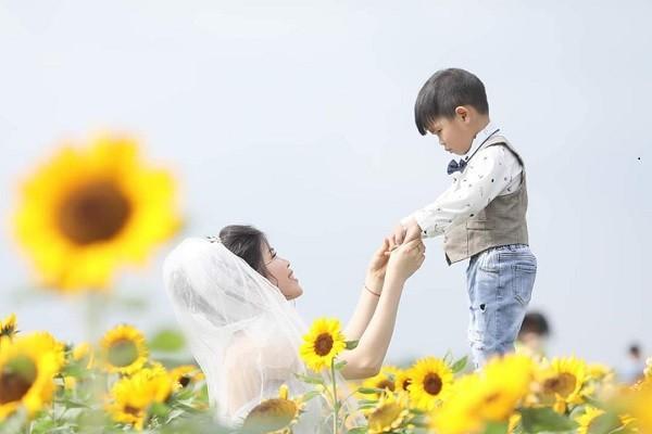 Xúc động câu chuyện ẩn sau bộ ảnh cưới mẹ đơn thân chụp cùng con trai-2