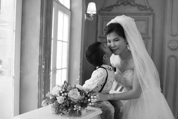 Xúc động câu chuyện ẩn sau bộ ảnh cưới mẹ đơn thân chụp cùng con trai-3