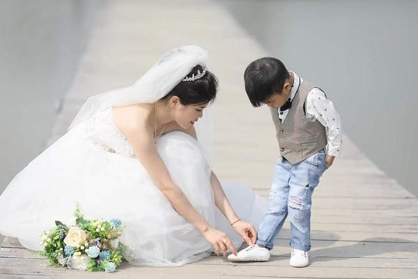 Xúc động câu chuyện ẩn sau bộ ảnh cưới mẹ đơn thân chụp cùng con trai-4