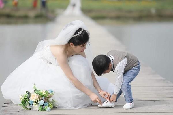 Xúc động câu chuyện ẩn sau bộ ảnh cưới mẹ đơn thân chụp cùng con trai-5