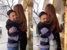 TRỜI ƠI TIN ĐƯỢC KHÔNG: Cường Đô La livestream, phấn khích ôm chặt Đàm Thu Trang trước bàn dân thiên hạ
