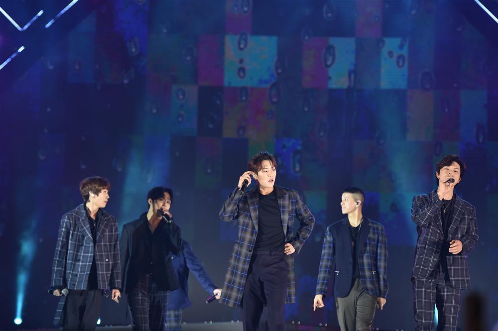 Bất chấp mưa lạnh, người hâm mộ vẫn quẩy hết mình với BTOB, Bích Phương, Soobin Hoàng Sơn-10