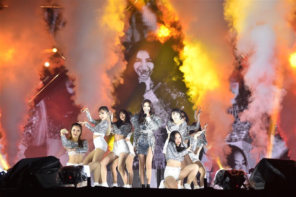 Bất chấp mưa lạnh, người hâm mộ vẫn quẩy hết mình với BTOB, Bích Phương, Soobin Hoàng Sơn-15
