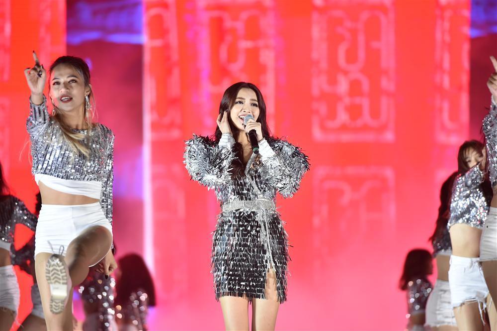 Bất chấp mưa lạnh, người hâm mộ vẫn quẩy hết mình với BTOB, Bích Phương, Soobin Hoàng Sơn-16