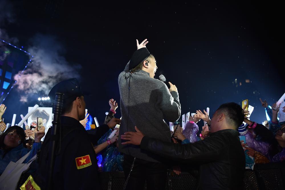 Bất chấp mưa lạnh, người hâm mộ vẫn quẩy hết mình với BTOB, Bích Phương, Soobin Hoàng Sơn-18