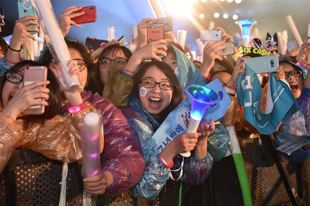 Bất chấp mưa lạnh, người hâm mộ vẫn quẩy hết mình với BTOB, Bích Phương, Soobin Hoàng Sơn-5