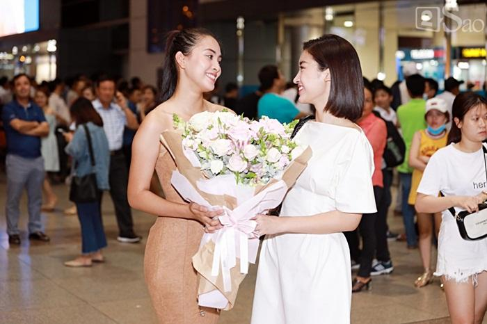 Niềm vui ngày trở về của Hoa hậu Tiểu Vy sau thành tích top 30 Miss World 2018 vỡ òa trong vòng tay người thân-1
