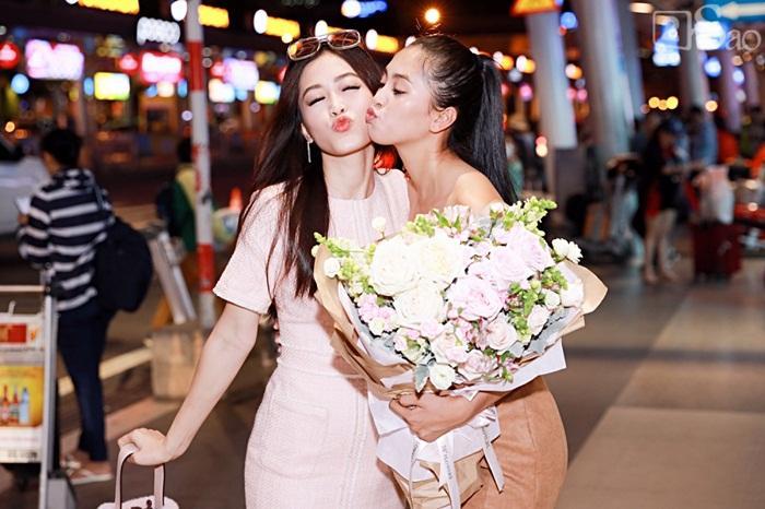 Niềm vui ngày trở về của Hoa hậu Tiểu Vy sau thành tích top 30 Miss World 2018 vỡ òa trong vòng tay người thân-4