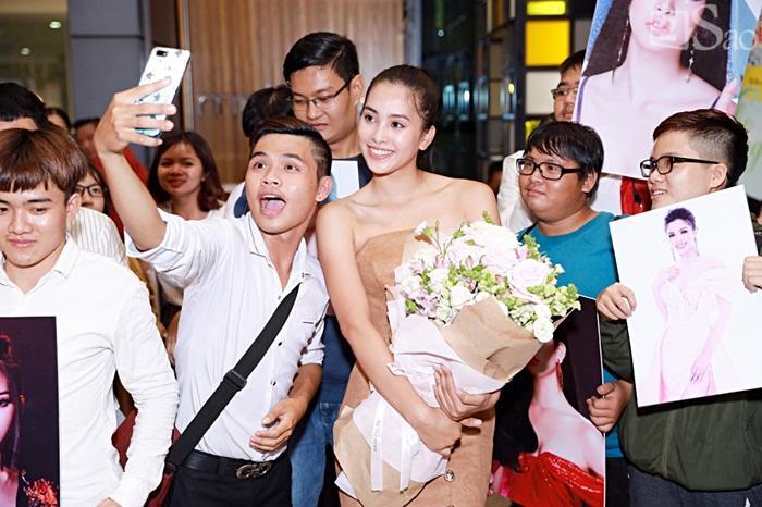 Niềm vui ngày trở về của Hoa hậu Tiểu Vy sau thành tích top 30 Miss World 2018 vỡ òa trong vòng tay người thân-9