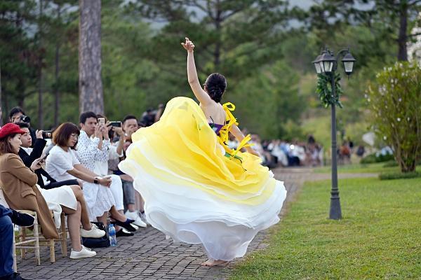Nam Em múa may quay cuồng khi diễn cùng show với chị Lệ Nam-5