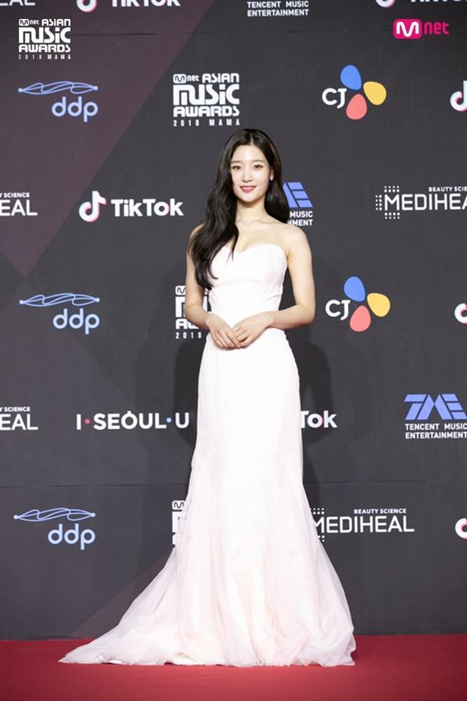 Thảm đỏ MAMA Hàn Quốc: Kim So Hyun giản dị vẫn lấn át dàn nữ thần, em gái quốc dân lấp ló vòng 1-4