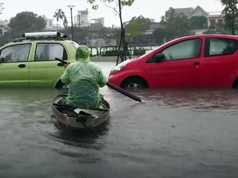 Clip: Trẻ con, người lớn bơi thuyền trên phố Đà Nẵng