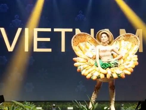 HOT: Khán giả hú hét khi H'Hen Niê trình diễn quốc phục Bánh Mì trên sân khấu Miss Universe 2018