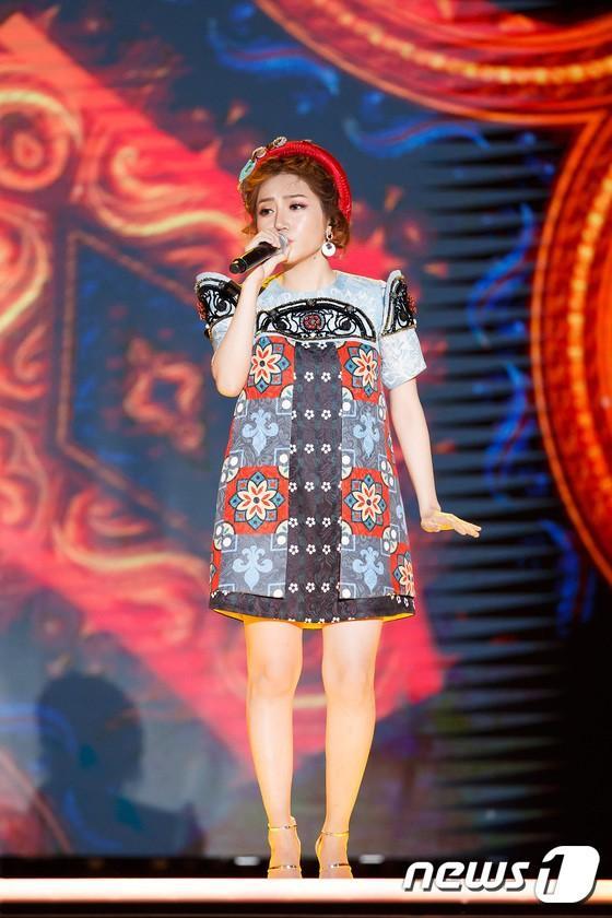 Vồ ếch trên sân khấu MAMA, Orange còn khiến khán giả bất ngờ hơn khi hát Người lạ ơi! bằng tiếng Hàn cực chuẩn-3