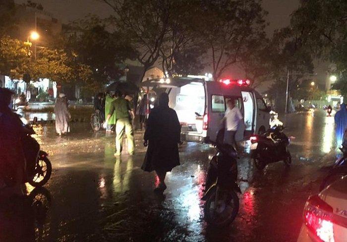 Ngập lụt Đà Nẵng: Điện giật ngã xuống đường, chồng chết, vợ nguy kịch-1