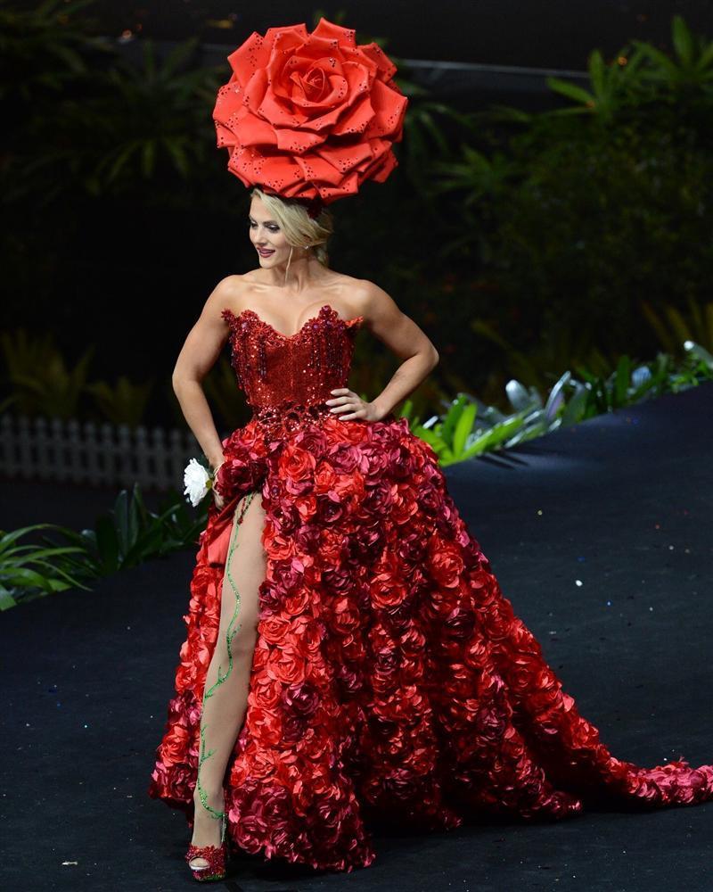 Diện quốc phục hoa hồng, Sarah Hồng Hạ giới thiệu tên mình quá đặc sắc tại Miss Universe 2018-1