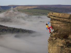 Thử thách gây sốc, tay không bám vào vách đá ở độ cao trăm mét