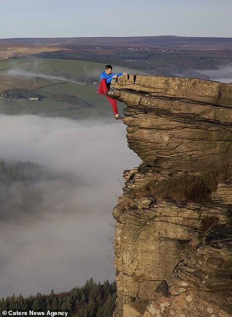 Thử thách gây sốc, tay không bám vào vách đá ở độ cao trăm mét-2