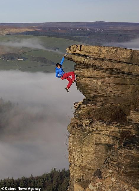 Thử thách gây sốc, tay không bám vào vách đá ở độ cao trăm mét-3