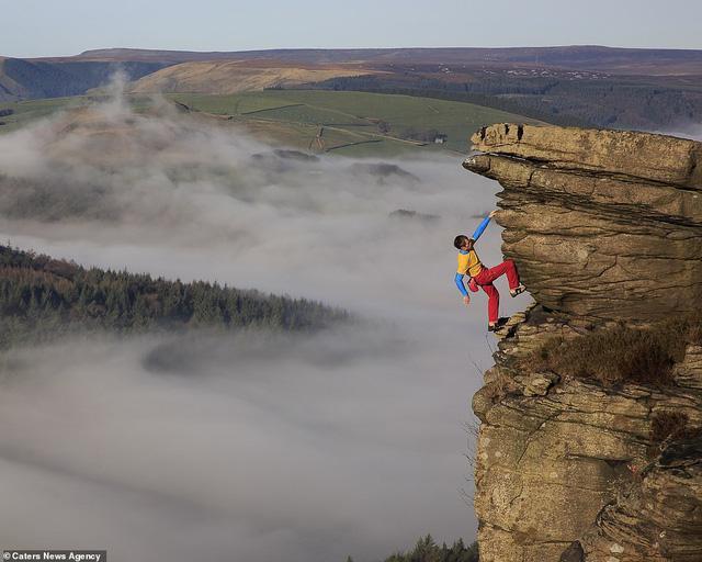 Thử thách gây sốc, tay không bám vào vách đá ở độ cao trăm mét-4