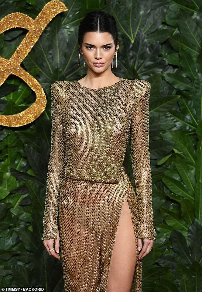 Kendall Jenner tiếp tục làm bỏng mắt người xem khi diện thiết kế không nội y-1