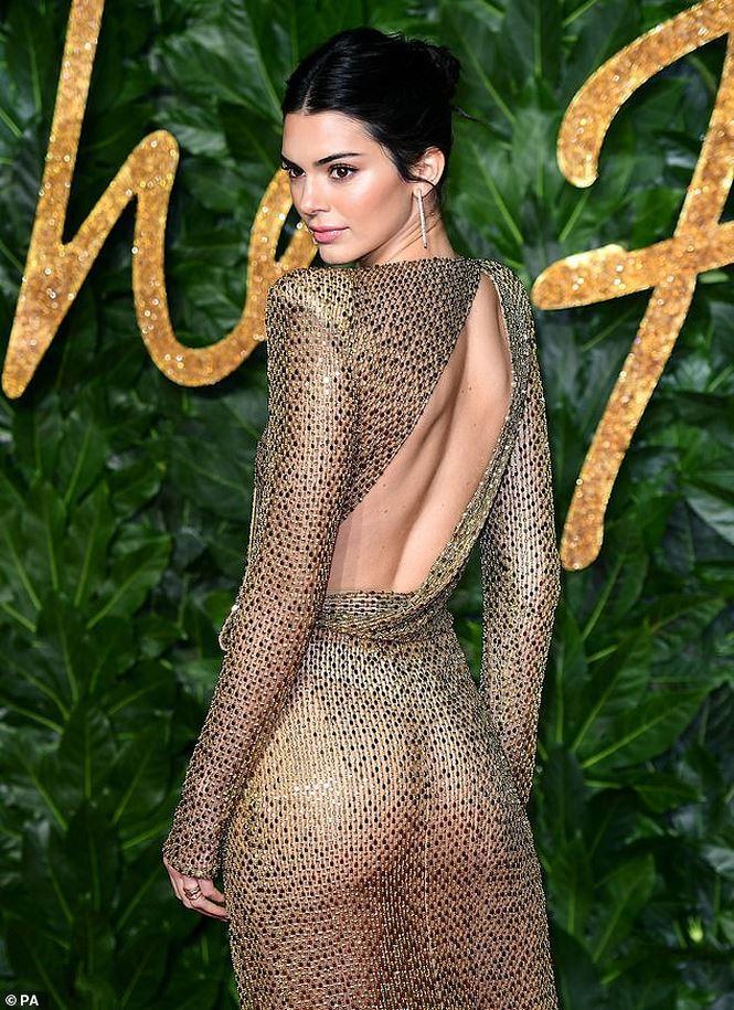 Kendall Jenner tiếp tục làm bỏng mắt người xem khi diện thiết kế không nội y-2