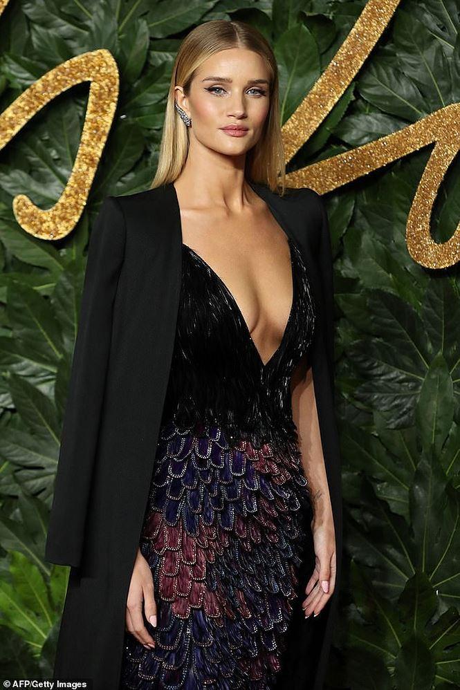 Kendall Jenner tiếp tục làm bỏng mắt người xem khi diện thiết kế không nội y-4