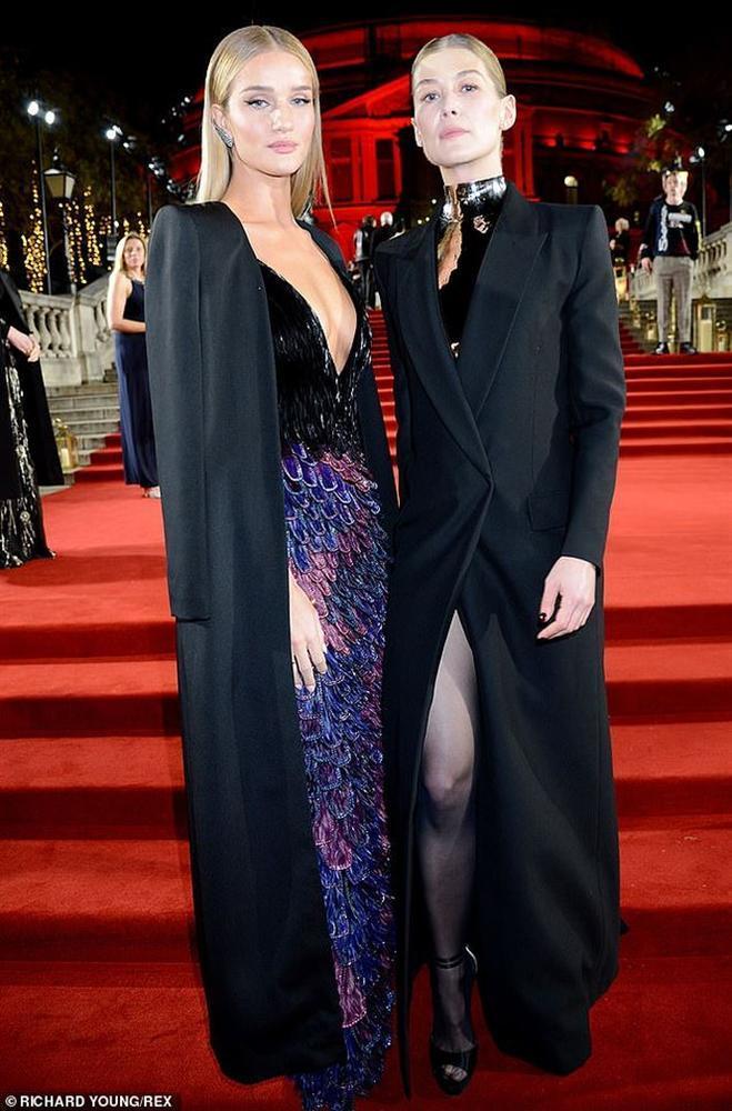 Kendall Jenner tiếp tục làm bỏng mắt người xem khi diện thiết kế không nội y-5