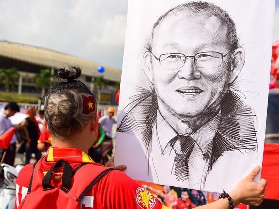CĐV đua nhau 'cắt đầu Park Hang-seo' cổ vũ tuyển Việt Nam giành chiến thắng