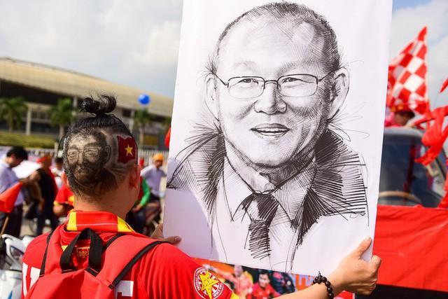 CĐV đua nhau cắt đầu Park Hang-seo cổ vũ tuyển Việt Nam giành chiến thắng-5
